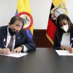Firma de acuerdo por Fiscal Francisco Barbosa, Fiscal General de Colombia, DER Diana Salazar Méndez, Fiscal General de Ecuador.FOTO FISCALÍA GENERAL