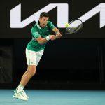 El tenista serbio Novak Djokovic responde a una jugada del alemán Alexander Zverev en el partido de cuartos de final del Abierto de Australia. Melbourne, 16 febrero, 2021. REUTERS/Asanka Brendon Ratnayake