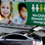 Una persona pasa por delante de un semirremolque del Banco Regional de Alimentos de Los Ángeles en un servicio de distribución de alimentos en West Covina, California.REUTERS/Bing Guan