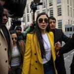 """La esposa del narcotraficante mexicano """"El Chapo"""" sale del Tribunal Federal de Brooklyn durante un juicio en Brooklyn, Nueva York, Estados Unidos. REUTERS/Brendan McDermid"""