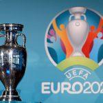 Trofeo de la Eurocopa y el logo del torneo en el Olympia Park de Múnich. REUTERS/Michaela Rehle