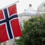 Banderas noruegas ondean en la calle Karl Johans en Oslo, Noruega. REUTERS/Ints Kalnins/File Photo