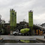 Los silos de la colombiana Cementos Argos y un camión mezclador se ven en una planta en la ciudad de Medellín. REUTERS/Luisa González