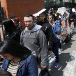 Personas hacen fila para presentar sus hojas de vida mientras buscan oportunidades de trabajo en Bogotá. REUTERS/Luisa González