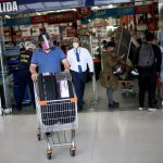 Un comprador con mascarilla empuja un carrito de compras afuera de un supermercado después de comprar durante un día de levantamiento del impuesto a las ventas, en medio del brote de coronavirus, en Bogotá. REUTERS/Luisa González