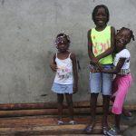 """Unas niñas sonríen paradas en una calle en el barrio """"La Playita"""" de Buenaventura. REUTERS/John Vizcaino"""