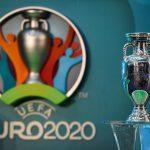 Logo de la UEFA EURO 2020 en exhibición junto al trofeo del Campeonato Europeo. Action Images via ReutersTony O'Brien/Archivo