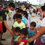 Niños venezolanos que aseguran huir de operaciones militares en su país hacen fila para recibir alimentos en un coliseo en Arauquita, Colombia 26 de marzo, 2021. REUTERS/Luisa González