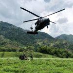 Por aire, en helicóptero Black Hawk de la Fuerza Aérea Colombiana, fue trasladada maquinaria para apoyar labores de rescate de los mineros en Neira, Caldas. Foto @FuerzaAereaCol