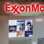 Logotipos de ExxonMobil se ven en su stand en Gastech, la mayor exposición del mundo para la industria del gas, en Chiba, Japón. REUTERS/Toru Hanai