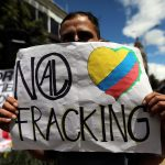 """Un hombre sostiene un cartel que dice: """"No al fracking"""", durante una protesta contra el uso del fracking, en Bogotá. REUTERS/Luisa González"""