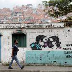 Un cartel sobre el COVID-19 en Caracas. Abril 6, 2021. REUTERS/Leonardo Fernández Viloria