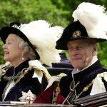 El príncipe Felipe, duque de Edimburgo, en carruaje rumbo al Castillo de Windsor, Gran Bretaña, 18 junio 2001.  REUTERS/