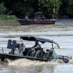 Una embarcación de la Armada de Colombiana patrulla el río Arauca mientras que otra de la Armada de Venezuela permanece quieta en la frontera entre Colombia y Venezuela, vista desde Arauquita. REUTERS/Luisa González