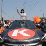 La candidata a la presidencia de Perú Keiko Fujimori saluda a sus seguidores durante el mitin de cierre de campaña, en Lima, Perú. 8 de abril de 2021. REUTERS/Sebastián Castañeda