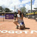 Camila Osorio con el trofeo del WTA 250 Copa Colsanitas.