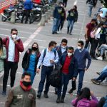 Personas con tapabocas en Bogotá.REUTERS