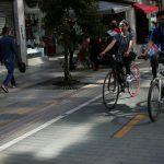 Personas usando mascarillas en medio de la pandemia de COVID-19 circulan por una calle de Bogotá. REUTERS/Luisa González