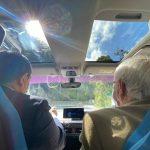 Edward Rodríguez y Germán Navas en un carro eléctrico