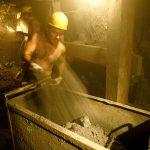 Un minero trabaja en una mina subterránea de esmeraldas en Muzo, en el departamento de Boyacá. REUTERS/Eliana Aponte