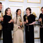 """Los productores Peter Spears, Frances McDormand, Chloe Zhao, Mollye Asher y Dan Janvey, ganadores del Oscar a Mejor Película por """"Nomadland"""", posan en la sala de prensa de los Oscar, en Los Ángeles, California, EEUU, el 25 de abril de 2021. Chris Pizzello/Pool via REUTERS"""