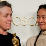 """Frances McDormand y Chloe Zhao, ganadoras del premio a la mejor película por """"Nomadland"""", posan en la sala de prensa de los Oscar, en la 93ª edición de los premios de la Academia en Los Ángeles, California, Estados Unidos.Chris Pizzello/Pool vía REUTERS"""