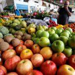 Un hombre compra verduras y frutas en una plaza de mercado de Cali. REUTERS/Jaime Saldarriaga
