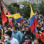 Manifestantes participan en las protestas contra un proyecto de reforma fiscal del Gobierno del presidente Iván Duque, en Bogotá, Colombia, 29 de abril, 2021.  REUTERS/Luisa González