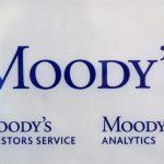 El logotipo de la agencia de calificación crediticia Moody's Investor Services se ve fuera de la oficina en París, Francia. REUTERS/Philippe Wojazer