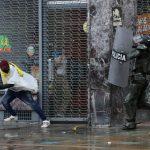 Una persona huye de un policía durante una protesta contra la reforma fiscal del Gobierno del presidente Iván Duque en Bogotá, Colombia, 1 de mayo, 2021. REUTERS/Luisa González