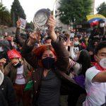 Manifestantes participan en una protesta contra la pobreza y la violencia de la policía, en Bogotá. REUTERS/Nathalia Angarita
