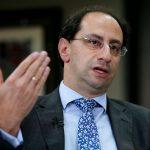 El recientemente designado ministro de Hacienda de Colombia, José Manuel Restrepo, habla durante una entrevista con Reuters. REUTERS/Luisa González