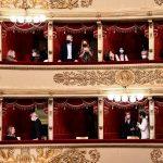 Personas asisten a la reapertura de la ópera de La Scala de Milán luego de que estuviera cerrada por la enfermedad del coronavirus (COVID-19) en Milán, Italia, 10 de mayo del 2021. REUTERS/Flavio Lo Scalzo