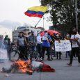 Manifestantes cerca de objetos en llamas mientras protestan contra la pobreza, la violencia policial y las desigualdades de los sistemas de salud y educación, en Bogotá,. REUTERS/Luisa González