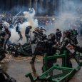 La policía choca con manifestantes en una plaza pública de Bogotá