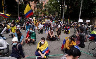 Manifestantes participando en una protesta contra la pobreza y la violencia policial en Bogotá, Colombia, Mayo 6, 2021.  REUTERS/Nathalia Angarita