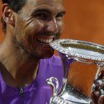 El tenista español Rafael Nadal celebra con el trofeo del Abierto de Roma tras ganar la final ante el serbio Novak Djokovic en el Foro Itálico, Roma, Italia. 16 amyo 2021. REUTERS/Guglielmo Mangiapane