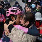Egan Bernal recibe las fecitaciones de su noticia al ganar la etapa 16 del Giro