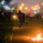 Manifestantes corren mientras caen gases lacrimógenos durante una protesta que exige medidas gubernamentales para abordar la pobreza, la violencia policial y las desigualdades en los sistemas de salud y educación, en Bogotá, 10 mayo 2021. REUTERS/Nathalia Angarita NO USAR PARA VENTAS, NI ARCHIVOS.
