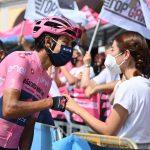 Egan Bernal  es felicitado por su novia cuando esta a a 30 kilómetros de ser el ganados del Giro de Italia del 2021