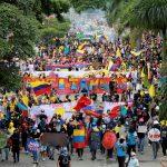Personas participan en una protesta exigiendo acciones del gobierno para abordar la pobreza, la violencia policial y las desigualdades en los sistemas de salud y educación, en Cali, el 28 de mayo de 2021. REUTERS/Juan B Diaz