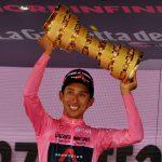 El ciclista colombiano del Ineos Grenadiers Egan Arley Bernal Gómez en el podio mientras celebra con el trofeo la maglia rosa y la victoria en el Giro de Italia, en Milán, Italia, 30 de mayo, 2021. REUTERS/Jennifer Lorenzini