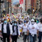 Personas marchan contra bloqueos de rutas y violencia luego de un mes de protestas nacionales, en Bogotá, Colombia, 30 de mayo del 2021. REUTERS/Luisa Gonzalez
