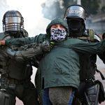 Policías detienen a un manifestante durante una protesta contra el Gobierno en Bogotá. REUTERS/Luisa González