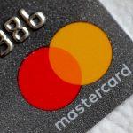 Logo de Mastercard en una tarjeta de crédito.REUTERS/Thomas White