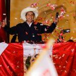 """El candidato presidencial de Perú, Pedro Castillo, se dirige a sus seguidores desde la sede del partido """"Perú Libre"""", en Lima, Perú. 8 de junio de 2021. REUTERS/Sebastián Castañeda"""