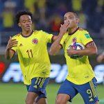 Luis Fernando Muriel  junto a Yerry Mina  celebran gol frente a Argentina por las Eliminatorias Suramericanas a Qatar 2022