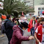Simpatizantes del candidato presidencial de Perú, Pedro Castillo, bailan frente al Jurado Nacional de Elecciones, en Lima, Perú. 10 de junio de 2021. REUTERS/Angela Ponce