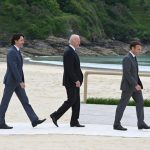 Primer ministro de Canadá, Justin Trudeau, el Presidente de EEUU, Joe Biden, y el de Francia, Emmanuel Macron, llegando a la reunión del G7 en Carbis Bay, Cornwall Jun 11, 2021. Leon Neal/Pool via REUTERS