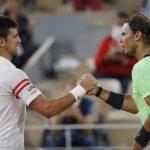 El serbio Novak Djokovic se saluda con Rafael Nadal tras vencerlo y avanzar a la final del Abierto de Francia, Roland Garros, París, Francia - Junio 11, 2021 REUTERS/Sarah Meyssonnier